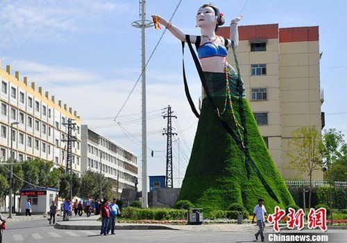"""新疆乌鲁木齐市""""飞天""""造型绿色植物花堆"""