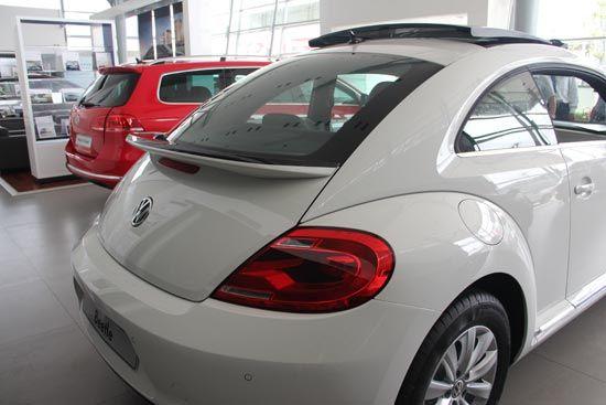 同上一代甲壳虫相比,新甲壳虫的窗线更加修长,车窗视野更加宽阔