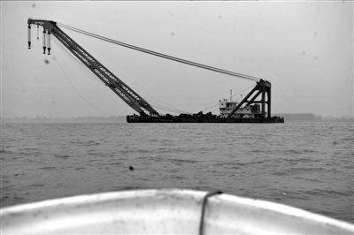 16日,在安徽省马鞍山长江马和渡口段,大型起吊船在沉船现场展开救援。新华社发
