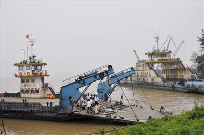 16日下午,从芜湖紧急调来的两艘打捞工程船已经抵达,开始打捞104号渡船。张发平 摄