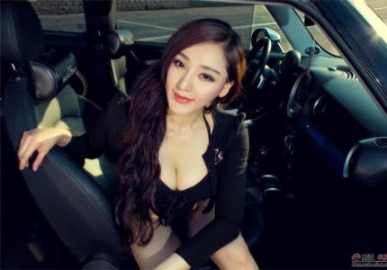 美胸女神与蓝色靓车缠绵悱恻