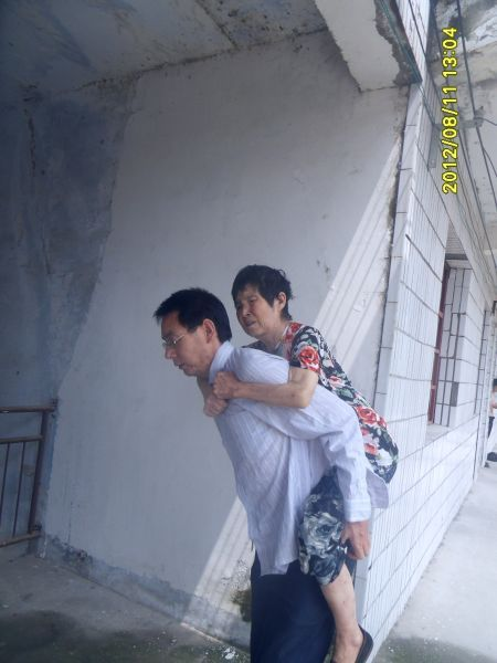 李慧军每天背母亲锻炼。