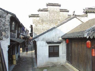甪直古镇巷两旁多为明清时所建的黛瓦白墙、木门木窗、宽梁翘脊的古建筑。