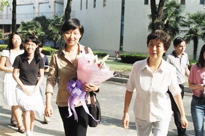 庄小威(中)重回母校  图片由中科大提供