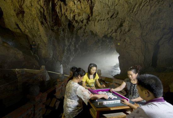 成都人还将麻将桌搬进洞穴