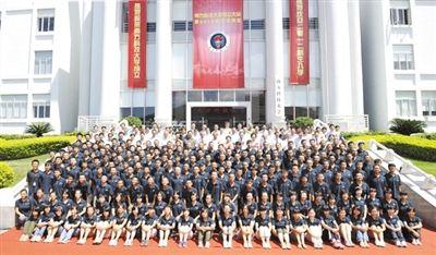 出席开学典礼的嘉宾和2012级全体师生合影(图片由南科大提供)