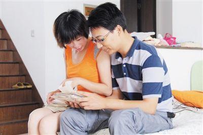 郑小莲和余克钦翻看以前的情书,温馨依旧
