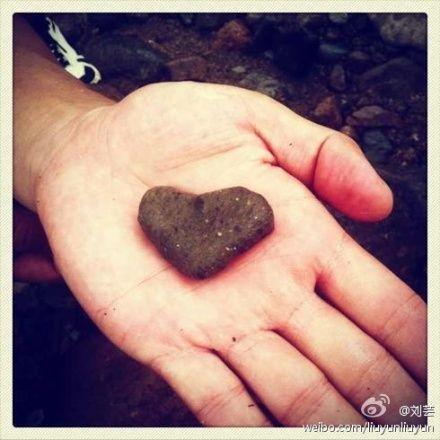 刘芸微博晒出李晨捡到的心形石头