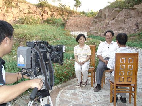 中央电视台记者09年2月在香草农庄采访安徽台商郭中一夫妇