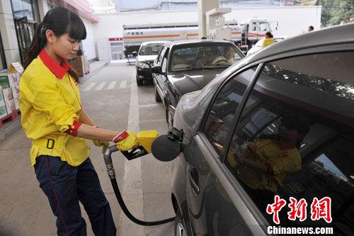 9月10日,山西太原一加油站外,大批车辆争相排队加油。中新社发 韦亮 摄