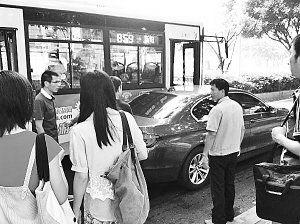 宝马车主和公交司机争执,乘客在劝阻。薛先生供图