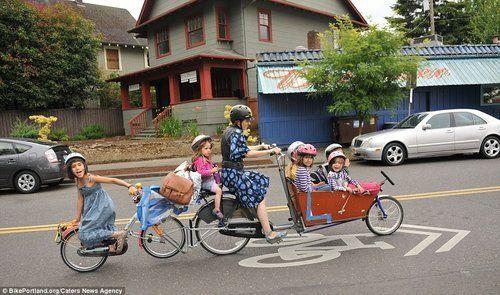 超级妈咪骑着改装自行车送6个孩子上学
