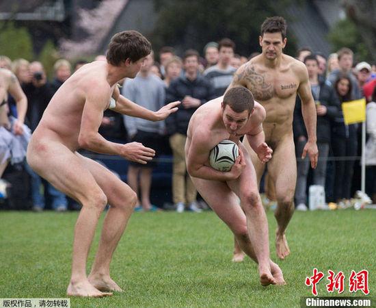 """当地时间9月15日,在新西兰城市丹尼丁(Dunedin),一场别开生面的男子裸体橄榄球赛在两支球队间展开。参赛队员们全身裸体""""坦""""然相对,拼抢激烈,比赛吸引了不少民众前来观看。"""
