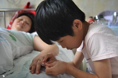 琪琪在给妈妈剪指甲。