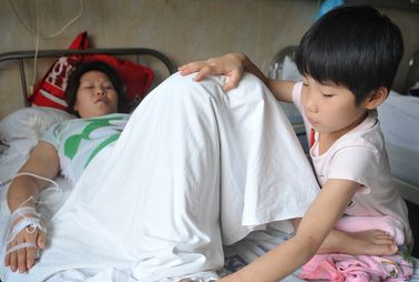 琪琪在给妈妈按摩,病床上放着她爱看的书。