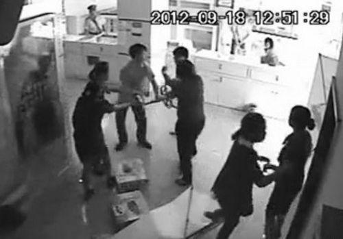 网络视频截图中,一男子追打一名女营业员