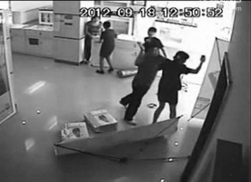 一男子追打一名女营业员