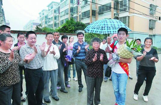 9月21日,在肥西县小庙镇,周传金受到了街坊邻居的热烈欢迎。 记者 许昊/摄