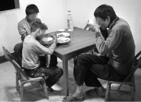 9月13日晚,魏修明一家在家中吃晚饭。本报记者 孙明 摄