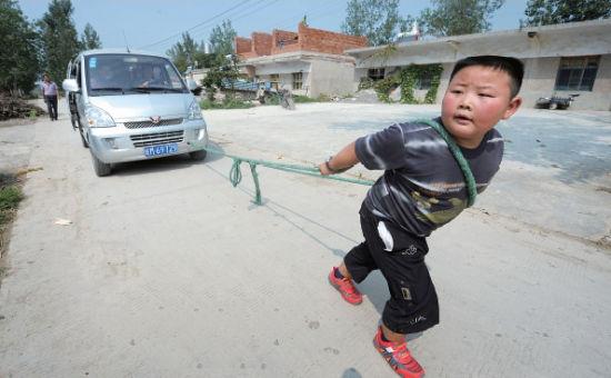 凤阳7岁娃能拖走载有8人面包车