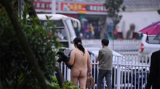 女子全裸漫步街头