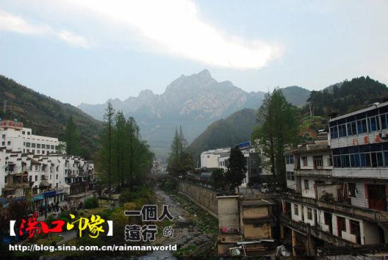 远处可见黄山诸峰,据说这是莲花峰