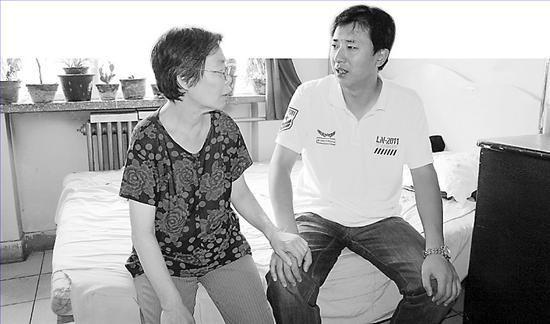 刘誉晖正与郭庆平老人拉家常。王雪威 摄