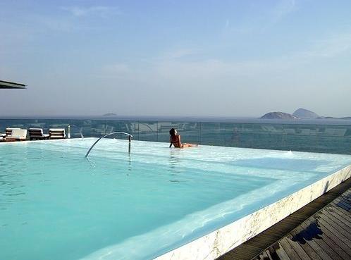 楼层顶部的泳池