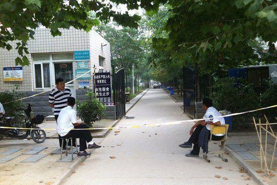 9月25日晨5时许,郑州,一男子闯入河南职业技术学院一女生宿舍杀死3人。随后该宿舍楼被戒严。