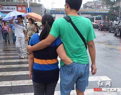 女子逛街手伸男友内裤