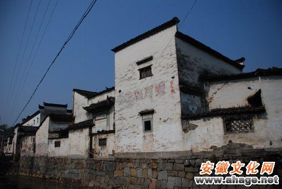 沿河而建的古宅透着斑驳的历史