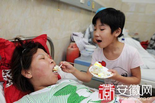 小琪琪给妈妈喂蛋糕。(资料图片)