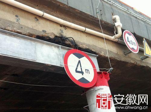 受撞击后,桥面被临时支护起来。