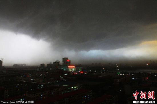 9月27日18时左右,一场大雨在狂风的伴随下突袭山东德州,乌云压城狂如世界末日,降雨带来了近6度的降温。周建新 摄 图片来源:CFP视觉中国