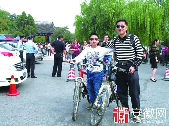 37岁的李必奎与9岁的儿子李旭坤