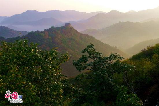 国庆节的金山岭长城的清晨,薄雾在山间弥漫。 郭中兴 摄