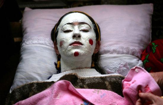 图为当地时间2008年1月6日,保加利亚Ribnovo村,几名妇女正在为新娘Letfe Mekerozova化妆。