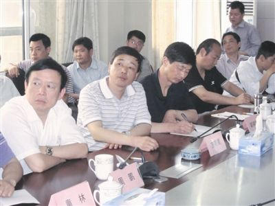今年5月,宣明星(前左二)在单位体检时已发现有脾肿大、血小板低等异常,但他仍坚持带队到北京顺义学习隐患排查治理系统。(图片来源:中国安全生产报)