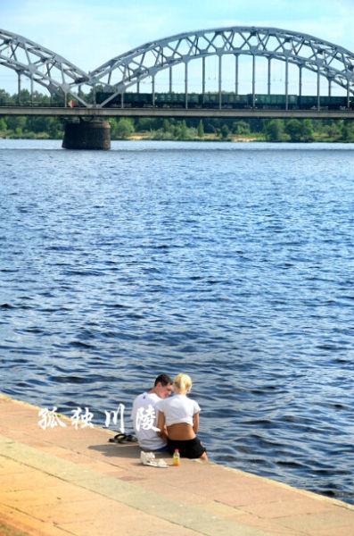 河边的情侣