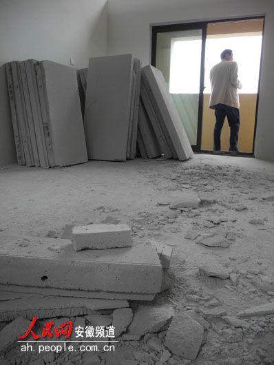 业主们的心就像这些板材一样,碎了一地