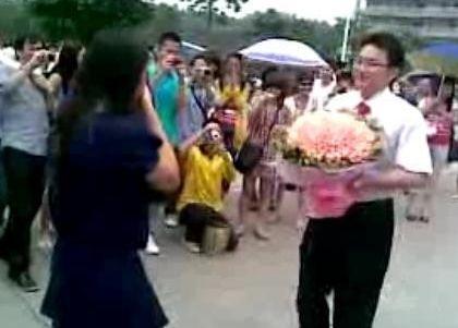 广东工业大学学生在毕业之际向女友求婚