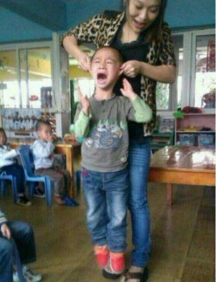 该教师揪耳朵提起男童(图片来自于网络)