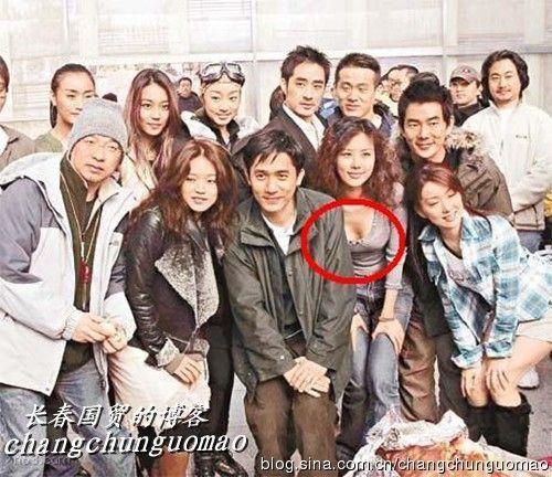 """王石绯闻女友""""胸蹭""""梁朝伟。图片来源:长春国贸博客"""