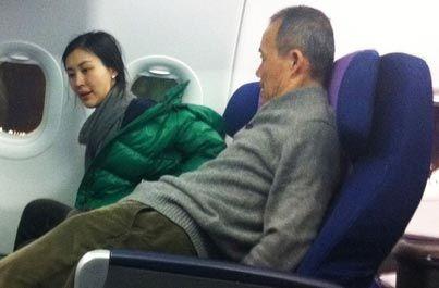 网友曝王石与田朴珺乘坐飞机照片