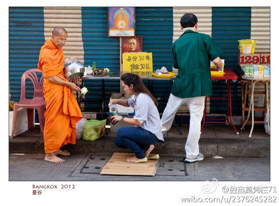 曼谷清晨僧侣化缘