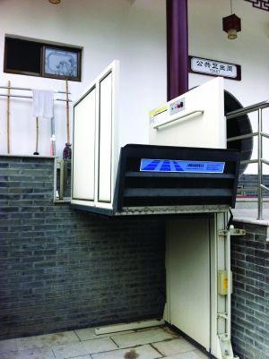 公厕专为行动不便的人配备的升降梯蒋文龙 摄