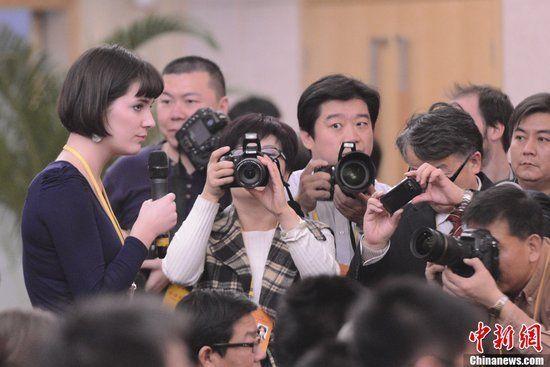 11月11日,十八大新闻中心在北京梅地亚中心举办中外记者招待会。图为澳大利亚女记者提问受关注。