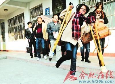 前几天发生意外的考生拄着双拐来竞聘。