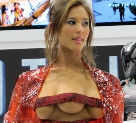 三个乳房的女模特