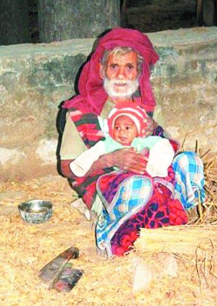印度96岁的拉加夫和刚出生的儿子。